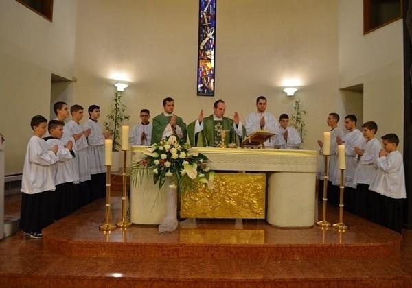 Poslužitelji oltara ili ministranti?