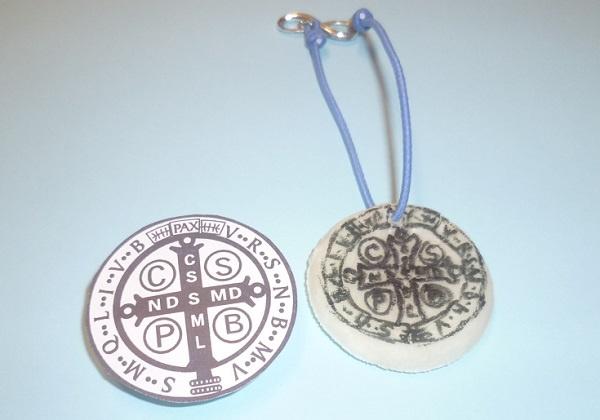 Medaljica svetoga Benedikta od hladnoga porculana