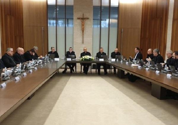 Vlast biskupa o obustavljanju svete mise s narodom i podjeljivanja sakramenata i pravo vjernika na duhovna dobra Crkve